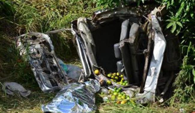 Uma Towner colidiu na traseira de um caminhão - Foto: Divulgação/ Mídia Recôncavo
