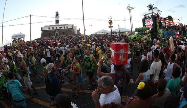 Foliões, ambulantes e moradores se aglomeram em cena típica do Carnaval de Salvador - Foto: Lúcio Távora / Ag. A Tarde