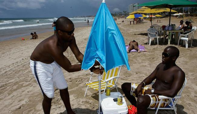 Amigos gastaram R$ 150 para comprar duas cadeiras, um cooler e um sombreiro - Foto: Marco Aurélio Martins | Ag. A TARDE
