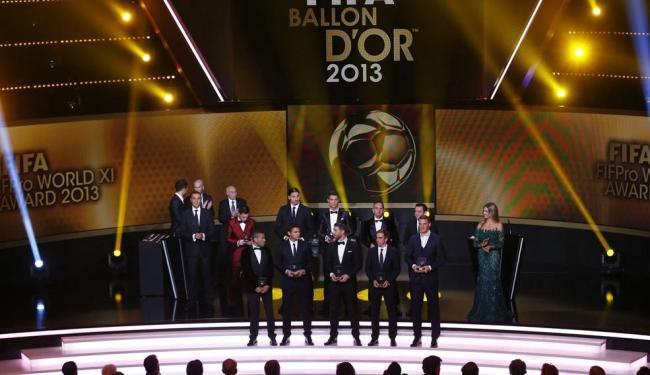 O baiano Daniel Alves e Thiago Silva formam o time dos melhores do mundo de 2013 - Foto: Arnd Wiegmann | REUTERS