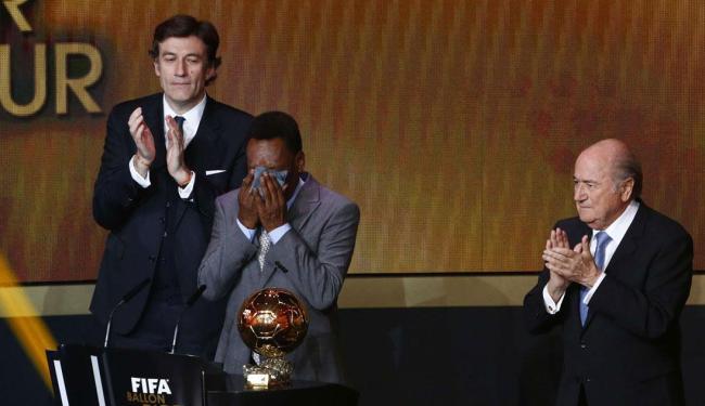 PELÉ CHORA EM TRIBUTO DA FIFA