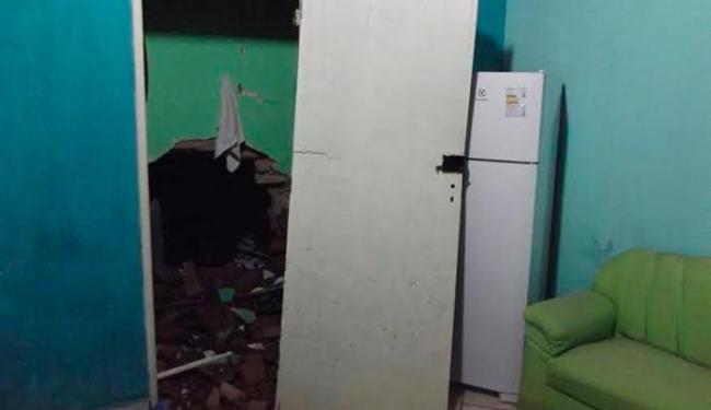 Por conta da explosão, parede da sala da delegada foi danificada - Foto: Divulgação/ Foto leitor