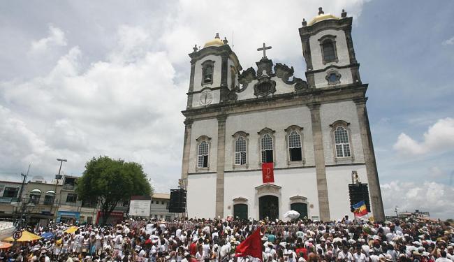 No ponto alto da festa acontece a lavagem das escadarias da Igreja do Bonfim - Foto: Raul Spinassé   Ag. A TARDE