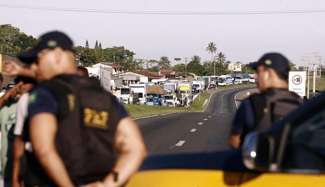 Grande fila de veículos já se forma por conta do bloqueio que começou às 6h30 desta sexta - Foto: Luiz Tito | Ag. A TARDE