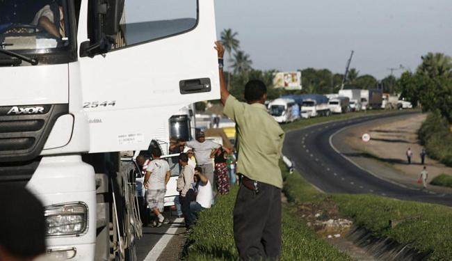 Bloqueio da pista causou congestionamentos nos dois sentidos da via - Foto: Luiz Tito | Ag. A TARDE