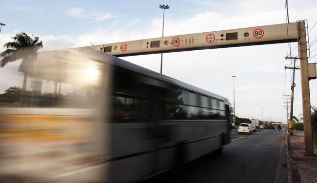 Barreiras monitoram a velocidade dos veículos por meio de sensores instalados sob o asfalto - Foto: Lúcio Távora   Ag. A TARDE