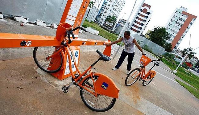 Usuário retira bicicleta em estação no bairro de Nazaré - Foto: Fernando Vivas | Ag. A TARDE