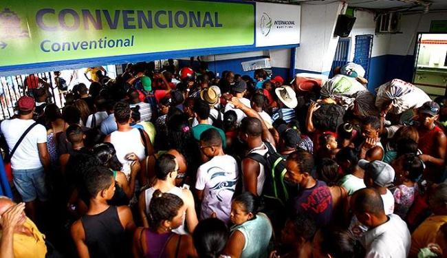 Em São Joaquim, filas para compra de bilhetes e embarque confundiram passageiros - Foto: Fernando Vivas | Ag. A TARDE