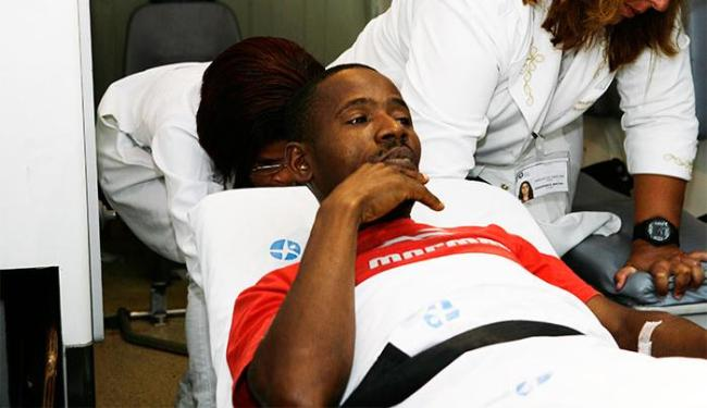 Raimundo deixa a unidade médica de ambulância, em uma maca - Foto: Marco Aurélio Martins   Ag. A TARDE