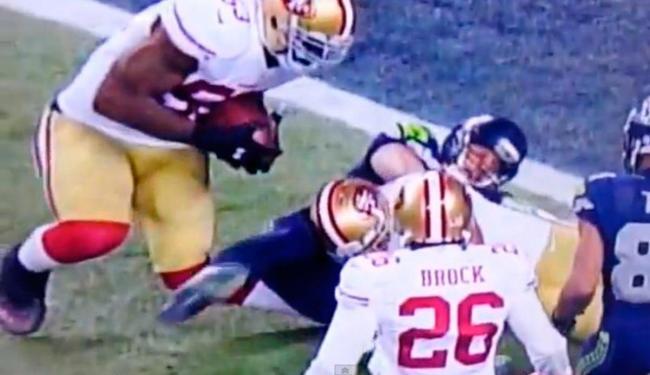 Acidente causou rompimento nos ligamentos e pode tirar Bowman da próxima temporada da NFL - Foto: Reprodução | YouTube