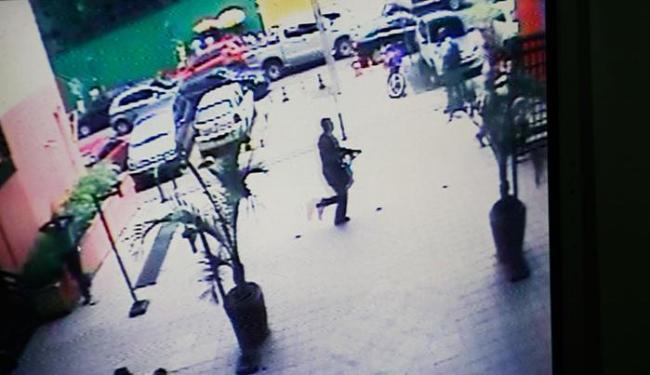 Câmera de segurança flagrou momento em que um dos assaltantes corria com uma arma nas mãos - Foto: Fernando Amorim/ AG. A TARDE