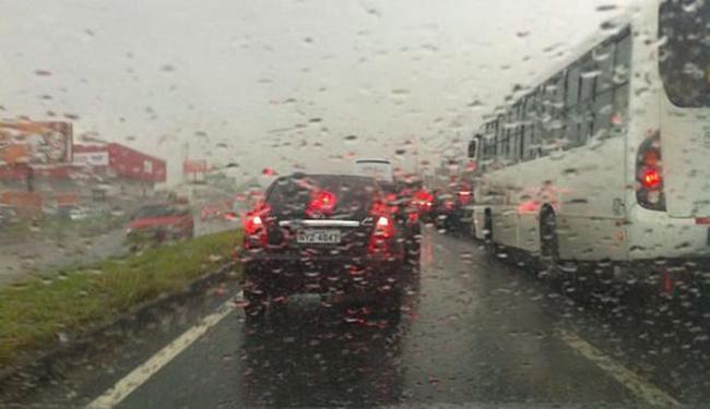 Chuva atrapalha trânsito na BR-324 - Foto: Joel Seixas   Cidadão Repórter