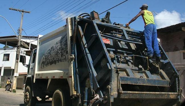 O trabalho no caminhão compactador é rápido e ágil, expondo o trabalhador mais aos riscos - Foto: Zeka   Arquivo   Ag. A TARDE