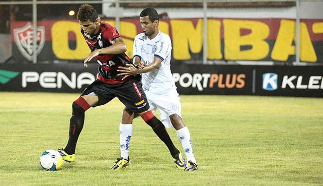 Alan Pinheiro domina bola sob forte marcação - Foto: Jorge Henrique | Jornal da Cidade