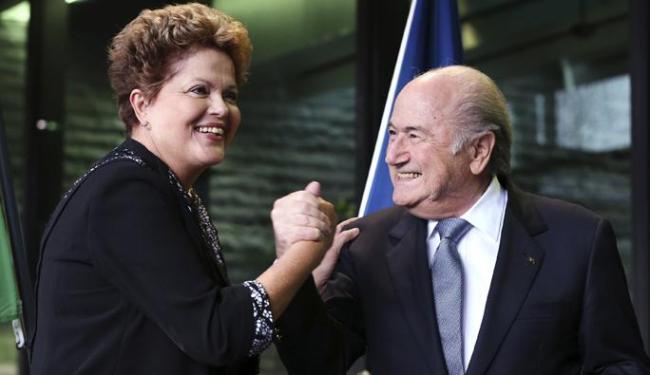 A presidente Dilma Rousseff cumprimenta o presidente da Fifa Blatter durante visita Fifa em Zurique - Foto: Thomas Hodel   Agência Reuters