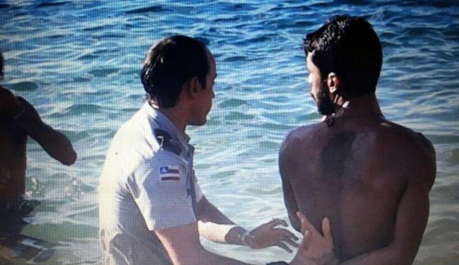 Major da 11ª CIPM captura suposto usuário de drogas no mar do Porto da Barra - Foto: Reprodução