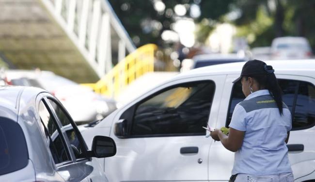 Funcionária cobra por vagas para veículos no shopping - Foto: Raul Spinassé | Ag. A TARDE