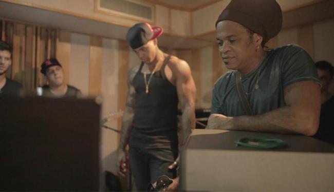 Léo Santana, durante gravação do clipe da música 'Nossa Cor', com a participação de Carlinhos Brown - Foto: Rafael S.   Divulgação