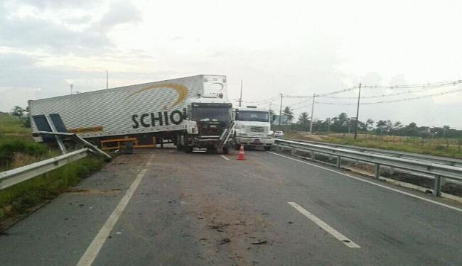 Leitor registra carreta atravessada na pista, atrapalhando o trânsito no local - Foto: Roberto Madruga | Cidadão Repórter