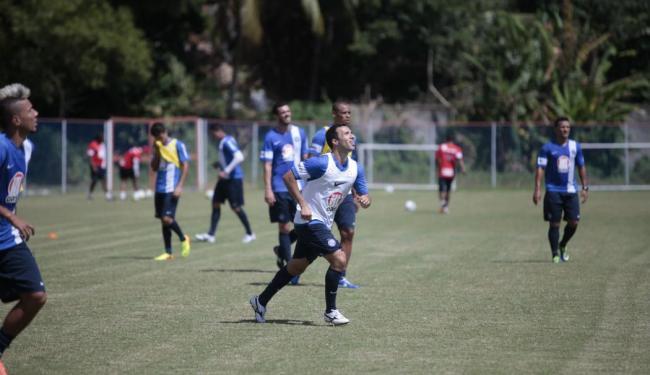 Branquinho (colete branco) deve ser o responsável pela armação das jogadas do Bahia - Foto: Edilson Lima | Ag. A TARDE