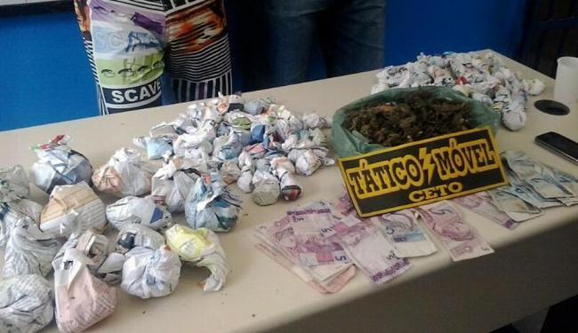 Foram encontrados 250 dolões de maconha e uma quantia de R$ 106 - Foto: Divulgação   PM-BA
