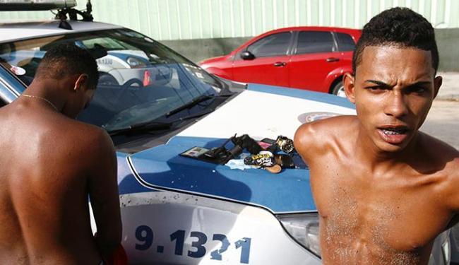 Jeferson (à dir.) e os comparsas levaram grana, relógios e celulares das vítimas - Foto: Fernando Amorim/ AG. A TARDE