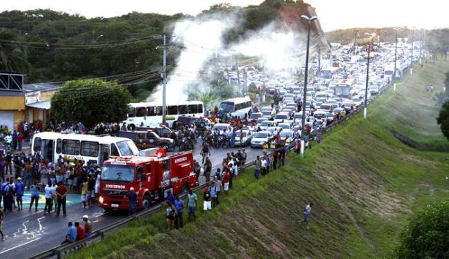 Manifestação de moradores do Bairro da Paz na Avenida Paralela - Foto: Fernando Vivas / Ag. A Tarde