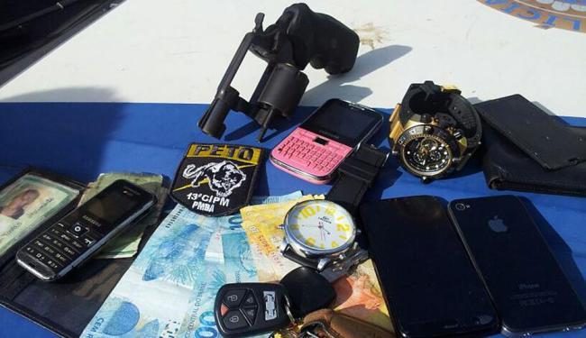 Assaltantes estavam com uma arma, celulares, relógios e dinheiro das vítimas - Foto: Divulgação   PM-BA