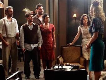 Dez anos depois, Lola admite aos amigos que ajudou nas armações de Manfred - Foto: TV Globo   Divulgação
