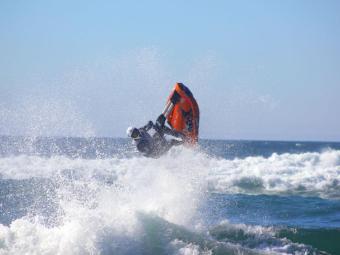 Bruno compete com um jet ski composto de material reciclável - Foto: Divulgação