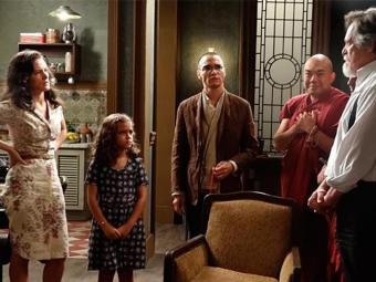 Pérola insiste e consegue convencer a mãe a dar uma chance ao avô - Foto: TV Globo | Divulgação