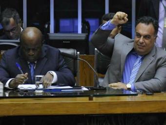 Vice-presidente da Câmara, André Vargas, ergue o punho ao lado de Barbosa - Foto: Agência Câmara
