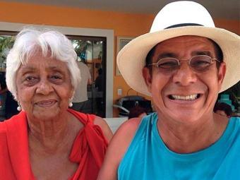 Zeca recebe o carinho da mãe, Dona Neia, em dia de seu aniversário - Foto: Instagram | Reprodução