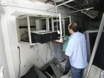 Agente observa estrago feito pela explosão - Foto: Luciano da Matta   Ag. A TARDE