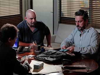 Com nome falso, Hermes consegue tirar dinheiro do banco - Foto: TV Globo   Divulgação