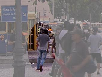 Imagens mostraram o momento em que um suspeito lançou a bomba que atingiu o cinegrafista - Foto: Reprodução l TV Brasil