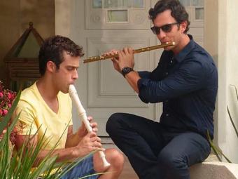 Leto e Laerte tocam flauta juntos - Foto: TV Globo | Divulgação
