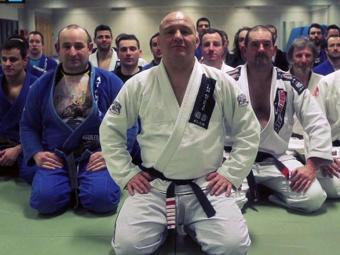 Carlson Gracie (centro) é um dos grandes nomes do jiu-jitsu brasileiro - Foto: Site da FBJJ   Divulgação
