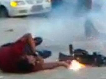 Momento em que o cinegrafista da Band foi atingido por rojão durante protesto - Foto: Reprodução | Vídeo