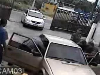 O celular de Rosimeire foi arremessado para longe - Foto: Reprodução | Tv Folha