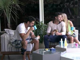 Enquanto tomavam café da manhã, Marcelo lembrou que eles completam um mês de confinamento - Foto: Reprodução | TV Globo