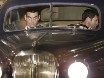 Manfred segue Sílvia e Viktor até o hotel de Franz - Foto: Divulgação | TV Globo