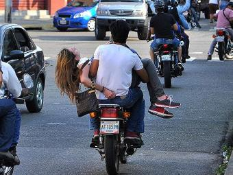 Génesis Carmona é levada de moto após ser baleada - Foto: Mauricio Ceneno-Notitarde l Reuters