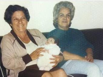 Sthefany Brito, ainda bebê, no colo de suas avós de criação - Foto: Reprodução | Instagram