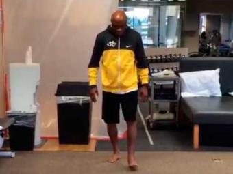 Anderson Silva ainda anda sem firmeza, mas a ausência de muletas mostra a recuperação - Foto: Reprodução | Instagram