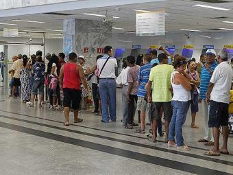 Consumidores enfrentam longas filas e esperas além do tempo permitido pela lei - Foto: Eduardo Martins | Agência A TARDE