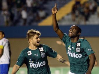 Hugo (à direita) marcou seis gols com a camisa do Goiás no Brasileirão, em 2013 - Foto: CARLOS COSTA | FUTURA PRESS | ESTADÃO CONTEÚDO