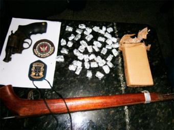 Armas e drogas encontradas em residência foram levadas para o DPT - Foto: Divulgação | Polícia Civil