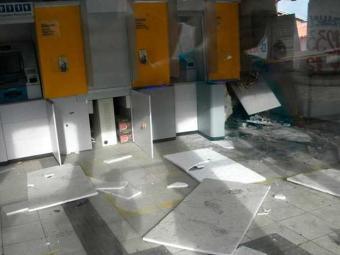 Explosão destruiu caixas eletrônicos e teto da agência - Foto: João Brito | Plantão Itabuna