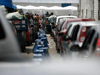 Fila de veículos sai do Terminal de São Joaquim - Foto: Raul Spinassé | Ag. A TARDE